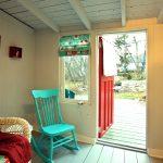 Little Crooked House back porch giving access to back yard patio / Porch arrière de la Petite maison croche donnant accès à la cour et au patio arrière