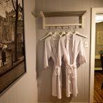 As you discover the Little crooked house, you will be surprised by all the eclectic decor details. / Lorsque vous découvrirez la Petite maison croche vous serez surpris par les détails de décoration éclectique