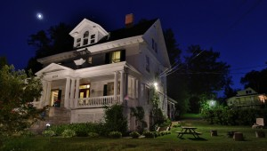 A night view of the Presidents' Suites Villa located in Temiskaming Shores. The house has 3 distinct suites: Ferland, Murphy and Guertin. / Une vue de nuit de la Villa des Suites des Présidents à Haileybury.