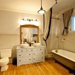 Ensuite bathroom on main floor of the Lumber Baron's house / Salle de bain attenante au rez-de-chaussée de la Maison des barons forestiers.