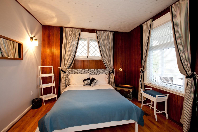 One of the main floor bedroom of the Lumber Baron's House with a view of lake Temiskaming / Une des chambres au rez-de-chaussée de la Maison des barons forestiers avec une vue sur le lac Témiskaming.