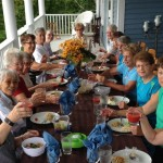 Group meal on the front porch of the Lumber Baron's House / Repas de groupe sur le balcon avant de la Maison des barons forestiers