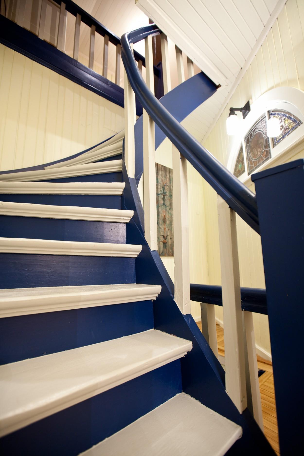 Unique curved staircase of the Lumber Baron's house reflecting the workmanship of a century ago / Escalier en courbe de la Maison des barons forestiers qui est un reflet de l'excellente main d'oeuvre du siècle dernier.