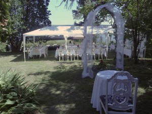 A destination wedding reception set-up at the Presidents' Suites Villa in Haileybury / une réception sur le grand terrain aux Suites des Présidents à Témiskaming Shores