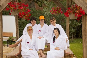 Girls getaway at the Prospector's House enjoying the exterior hot tub and large patio. Great place for wellness stays and retreats / Escapade de filles à la Maison des Prospecteurs et profitant du spa extérieur et du grand patio.