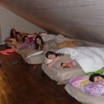 Sporting group in the Prospector's House loft / Groupe sportif dans le loft de la Maison des prospecteurs