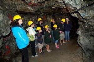 Family tour of the underground Colonial Mine Adit in Cobalt / Visite souterraine en famille de la mine Colonial de Cobalt.