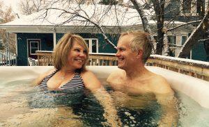Couple dans un des spas extérieurs des Suites des Présidents
